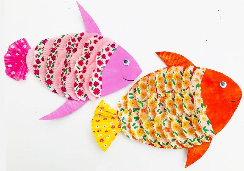 Idée de bricolage pour enfants avec des poissons en carton